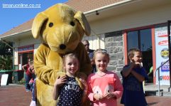 Amye de Ruyter (6) and Grace Tully (5) with Spot the Dog